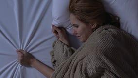 Señora que llora tocando el lado vacío opuesto de la cama, marido perdido, soledad metrajes