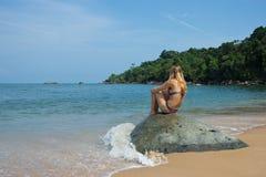 Señora que mira el mar Imagen de archivo