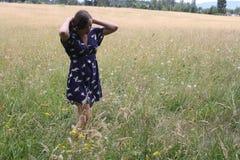 Señora que mira en el campo Imagen de archivo libre de regalías