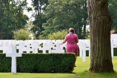 Señora que paga respectos en el cementerio de la guerra Fotos de archivo