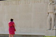 Señora que paga respectos en el cementerio de la guerra Foto de archivo