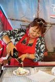 Señora que prepara las crepes Imagen de archivo