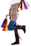 Señora que se coloca con los bolsos de compras Fotos de archivo