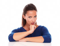 Señora que se pregunta con la mano en la barbilla Imagen de archivo