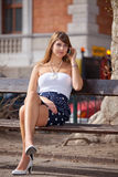 Señora que se relaja en banco de parque Fotografía de archivo