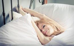 Señora que se relaja en el dormitorio Foto de archivo