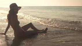 Señora que se sienta en la costa almacen de metraje de vídeo