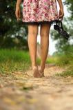 Señora que se va descalzo Fotografía de archivo libre de regalías