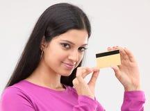 Señora que sostiene el de la tarjeta de crédito Imágenes de archivo libres de regalías