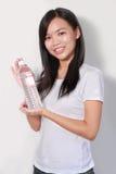 Señora que sostiene la botella de agua Imágenes de archivo libres de regalías