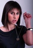 Señora que sostiene un collar Imágenes de archivo libres de regalías