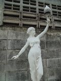 Señora que sostiene una lámpara Foto de archivo