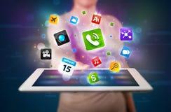 Señora que sostiene una tableta con los apps y los iconos coloridos modernos Fotos de archivo