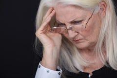 Señora que sufre de dolor de cabeza Foto de archivo libre de regalías