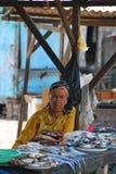 Señora que vende pescados en Indonesia Foto de archivo