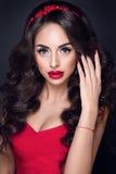 Señora In Red Retrato hermoso de la mujer en vestido rojo, con los labios y los accesorios rojos Foto de archivo libre de regalías