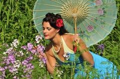 Señora retra adentro con las flores del resorte Imagenes de archivo
