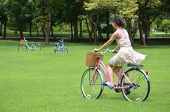 Señora Riding Bicycle fotografía de archivo