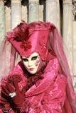 Señora rosada y púrpura con la máscara imágenes de archivo libres de regalías