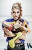 Señora rubia atractiva que sostiene un manojo de zapatos Imagen de archivo