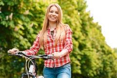 Señora rubia con su bici Imagenes de archivo