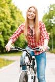 Señora rubia con su bici Fotografía de archivo