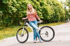 Señora rubia con su bici Fotos de archivo libres de regalías