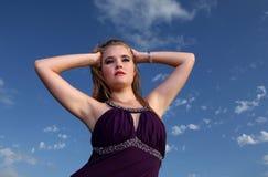 Señora rubia en vestido de noche con el cielo azul Imagen de archivo libre de regalías