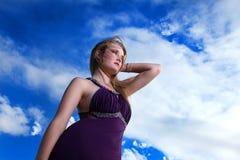 Señora rubia en vestido de noche con el cielo azul Foto de archivo libre de regalías
