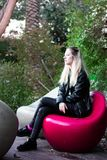 Señora rubia joven hermosa al aire libre foto de archivo libre de regalías