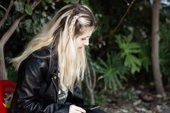 Señora rubia joven hermosa al aire libre foto de archivo