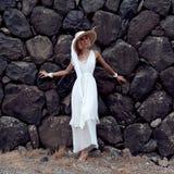 Señora sensual en el fondo de piedra en el vestido hermoso blanco Imagen de archivo
