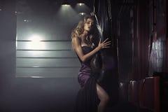 Señora sensual en el gimnasio Fotos de archivo