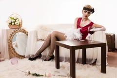 Señora sensual en la cocaína roja el oler (de imitación) Imagenes de archivo