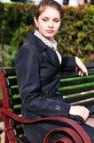 Señora seria en el banco Foto de archivo