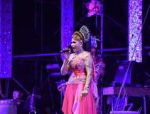 Señora Singer y concierto tailandés del estilo de los bailarines Foto de archivo libre de regalías