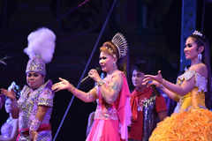 Señora Singer y concierto tailandés del estilo de los bailarines Imagenes de archivo