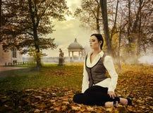 Señora soñadora en parque del otoño Imágenes de archivo libres de regalías