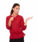 Señora sola atractiva que detiene su palma izquierda Fotos de archivo