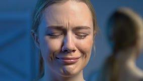 Se?ora sola joven que llora en el sitio oscuro, problemas torpes de la edad, emociones negativas almacen de metraje de vídeo