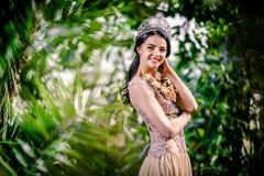 Señora sonriente elegante con la tiara en una cabeza Imagen de archivo libre de regalías