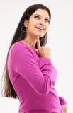 Señora sonriente en una acción de pensamiento Foto de archivo