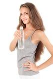 Señora sonriente joven con la botella de agua mineral Foto de archivo libre de regalías