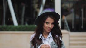 Señora sonriente joven feliz del negocio que mira la cámara afuera mientras que trabaja en el centro de negocios moderno Ella que metrajes