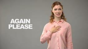 Señora sorda que pide otra vez por favor en el lenguaje de signos, texto en la comunicación del fondo almacen de metraje de vídeo
