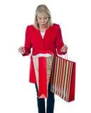 Señora sorprendida ver el bolso de compras vacío fotografía de archivo libre de regalías