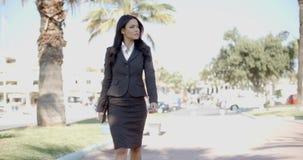 Señora In A Suit Walking abajo de la calle almacen de video