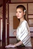 Señora tailandesa en el traje original de Tailandia del vintage Foto de archivo