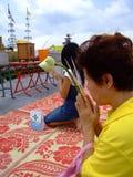 Señora tailandesa que adora un templo budista, Tailandia. Foto de archivo libre de regalías