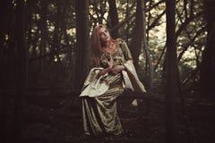 Señora traviesa hermosa en bosque mágico fotografía de archivo